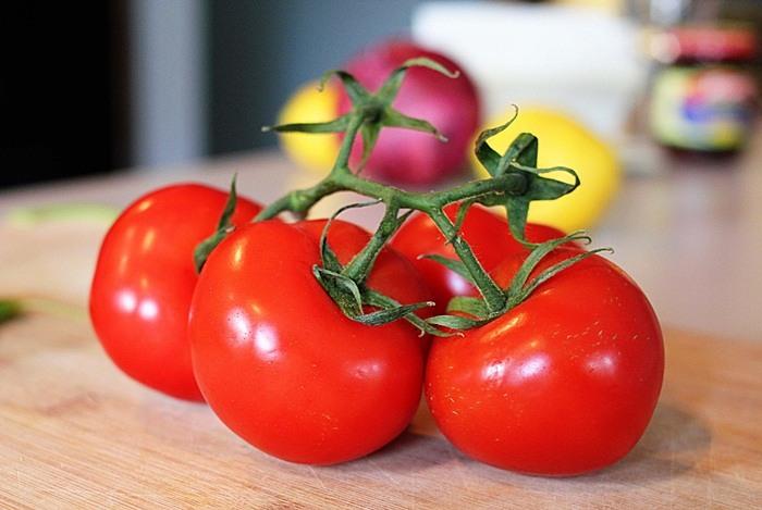درمان سیاهی دور چشم با گوجه